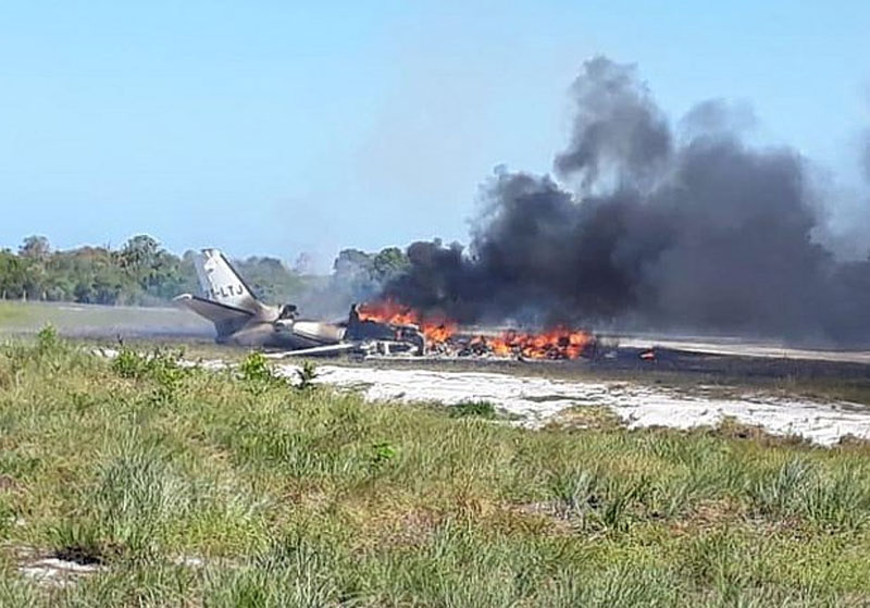 Avião cai na praia de Barra Grande, em Maraú, Sul da Bahia, e mulher morre carbonizada; Nove saem feridos. - Jornal da Mídia